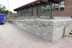 En ny stenmur har också fixats till när modulen förändrar skolgårdens utseende.