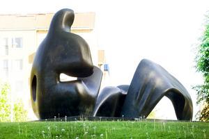 Henry Moores skulptur kan flyttas vid byggandet av ett nytt kulturhus, menar debattörerna som skrivit denna artikel. Bild: Annakarin Björnström