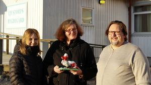 En glad trio. Marlene Lindström, Tina Tjärnberg Forslund och Patrik Norberg  utanför Ljustorps bygdegård där draken kommer att förvaras.