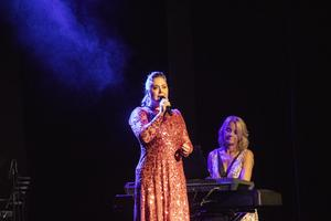 Viktoria Tocca framförde bland annat  den svenska versionen av Slipping through my fingers, Kan man ha en solkatt i en bur, från musikalen Mamma Mia!