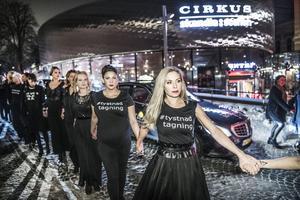 De kvinnliga skådespelarna bakom #tystnadtagning tågade in hand i hand på Guldbaggegalan på Cirkus, den här gången för att fokusera på skeva maktstrukturer och pengar. Arkivbild.
