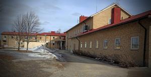 Insändarskribenten menar att Kramfors kommun borde spara på administrationen istället för att lägga ner till exempel Ytterlännässkolan.