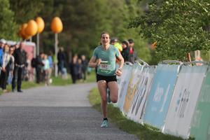 Ebba Andersson ensam på upploppet som segrare under Vårruset 2019 i Östersund.