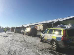 Flera polispatruller, ambulans och räddningstjänst kallades till platsen.