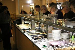 Maten i serveringarna på kommunens omsorgsboenden kommer att bli dyrare för att täcka de faktiska kostnaderna.