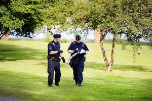 Polisen spärrar av grönområdet i närheten av kommunens kök vid Närvård Härnösand efter knivbråket den 31 juli.