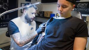 Emil Lindh tycker att det är ganska avkopplande att bli tatuerad.
