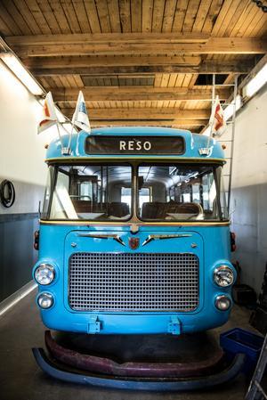 I föreningen Primus Motors garage står en gul och blå volvobuss – Solbussen – Sveriges andra handikappbuss någonsin.