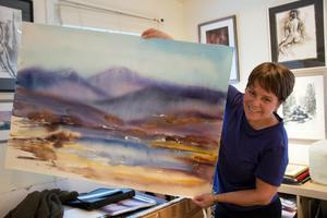 In i ateljén tar Eeva-Liisa Holappa Jonsson med sig foton eller bara minnesbilder från skogen och fjällen. Men om hon kan står hon helst ute och målar på plats.