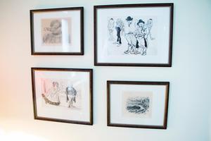 Väggarna i sovrummet pryds av bilder av tecknarförebilder och kollegor. Längst upp till höger syns bland annat ett original av Albert Engström.