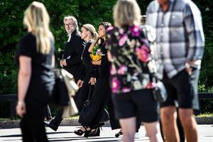 Barbro Svenssons dotter Kristin Kaspersen  går tillsammans med kyrkoherde Jan Bonander in till kyrkan före begravningscermonin.