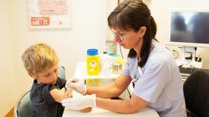 Sedan i höstas har Jonathan Ström åkt från Norberg till barnmottagningen på sjukhuset i Västerås elva gånger för att få vaccinationer mot sin svåra allergi. Den här gången får han sprutorna av barnallergisjuksköterskan Jenny Lindbom.