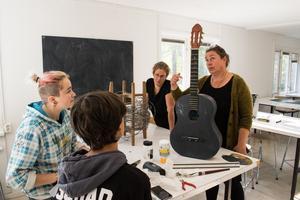 Lärarna Mari Hysing och Anna Kåks ger respons på Tobias Börjesson och Indra Stenströms arbete.