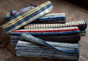 Trasmattan, vävd av gamla skjortor, lakan och andra textilier som tjänat ut, är en klassisk form av återbruk. Arkivbild