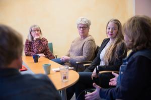 Pia Sjöstrand (S) till vänster, i mitten syns Järnabon Elisabeth Johansson vars pappa har hemtjänst, och Anna Syrjänen (KD) till höger.