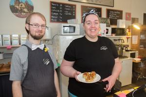 Pontus Börjesson och Ellinor Cedersten Wickman jobbar i dag i kaféet.