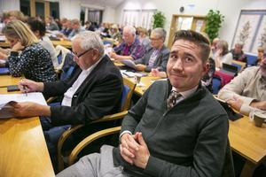 Axel Agnas Britts tycker kommunen borde göra mer för att få bort uttjänta bilar.