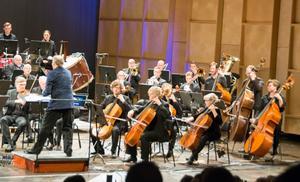 En kraftig botten med många celli, kontrabasar, tuba och tromboner skapar de mäktiga klanger som en symfoniorkester är bäst i världen på.