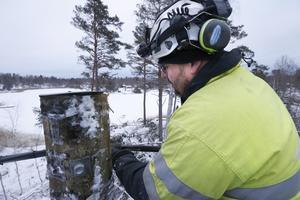 Niklas Olsson, linjemontör från Säffle, jobbar i Roslagsskogarna åt Vattenfall i några dagar.