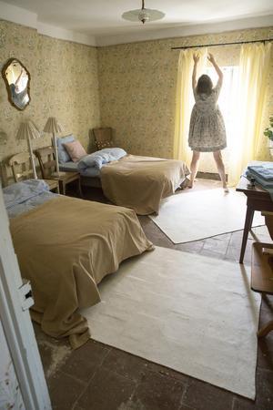 De skira gardinerna i gästrummet har Lise-Lott sytt själv förstås.