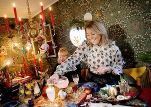 Louises vänner och kolleger Marlene Ermeryd (närmast kameran) och Micaela Strömvall förser sig av den rosa juldrycken.