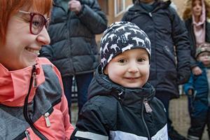 Tore Alvarsson besöker torget med mamma Sandra Alvarsson.