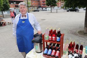 Lars-Olof Mattsson, Kockgården dryck, var på plats under invigningen och visade upp sitt dryckessortiment. – Sådana här butiker sätter guldkant på tillvaron. Här finns rena råvaror och det här är verkligen en arena för lokala producenter, säger han.