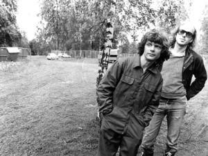 30 maj 1981. Per-Åke Måssbäck och Magnus Westerborn planerar inför andra upplagan av försommarmusikfestivalen i Hästhagen. 300 meter staket och 800 meter ledningar skull epå plats, och 25 personer jobbade ideellt med det hela.  Foto: Bernt Larsson