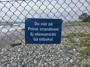 En otillåten skylt på ett lika otillåtet staket, enligt insändarskribenten. Foto: Privat