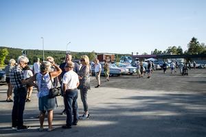 Parkeringen utanför Ceasars restaurang i Ullånger fylls snabbt när det vankas bilträff.