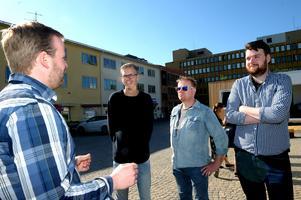 Daniel Lindau från Hall media går igenom rutinerna med tv-teamet. Från vänster, Jonathan Bryskhe, Pär Grännö och Pontus Nilsson.