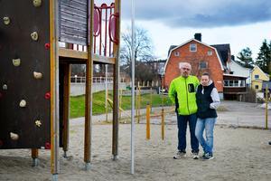 Urban och Annica Larsson på platsen för olyckan då deras åttårige son, Aaron, föll från en klätterställning under en skoldag på Hellbergsskolan.
