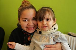 Pamela och Luna Linares från Elsalvador passade på att pyssla på språkcafeet.