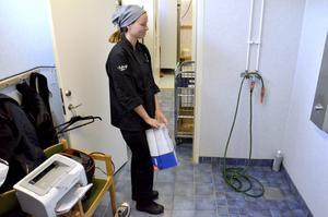 Vattenkran. En del av duschen används för att hämta dricks- och diskvatten. Malin Ek är måltidspersonal på Tulpanens skola.