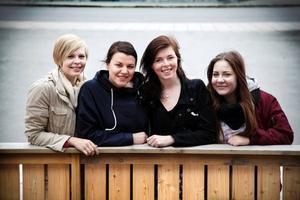 Stina Lif, Amanda Löfgren, Beatrice Björch och Adéle Rundgren cyklar genom Sverige för att hedra sin kamrat Julia som avled i cancer i februari i år. Projektet