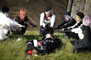 Älvorna får drottning Titania (Kim Anderzon) att sova. Vid sin sida har hon pojken Nils, som hon kidnappat.