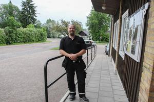 För ett par år sedan fanns en grupp med nattvandrare i Långshyttan där Dennis var en av dem som gick runt på ortens gator för att trygga invånarna.