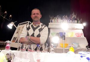 Skärsås egna glasblåsare Henric Sjölin på plats i Folkets hus med sina alster.