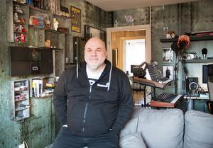 Nyseparerade Ronny Rasmusson börjar känna sig hemma i fyrarummaren på Söder i Gävle, som han inrett helt efter sitt eget huvud.