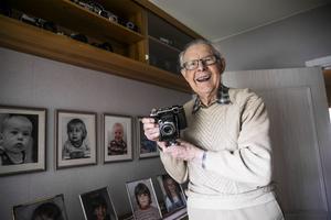 – Det här är den kamera jag använde mest i början av mina år i Krokom, säger han.Kameran är en Zeiss format 6x9.