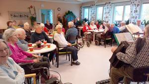 Det var fullsatt på Häradsgården i Lit när PRO arrangerade musikcafé. Foto: Roland Norrman