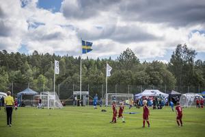 I ett blåsigt Matfors samlas många fotbollsentusiaster under helgen.