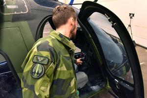 Tim visar helikopterns inre.