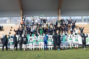 VSK firar framför de tillresta fansen.