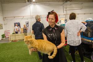 Maj-Britt Gottfridsson  och katten Morris.