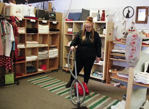Jobbet i städgruppen på Kraterkraft passar Tina Dannö perfekt och snart blir hon fast anställd efter tre månaders provanställning.