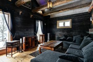 Det gotiskt inredde gästrummet har en tillhörande biosalong.  Foto: Fisheye Foto i Roslagen