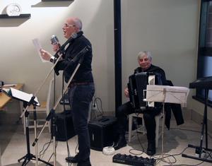 Hasse Ström och Alv Bergkvist fyllde upp kafé Unikum vid sitt framträdande.