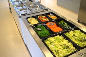 Ett av förslagen är att slopa den ekologiska maten i skolköken.