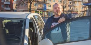 Mattias Ringblom driver körskola vid Kullstaplan. Han och kollegorna är oroade över effekten av Trafikverkets neddragningar av provtider i Nynäshamn.